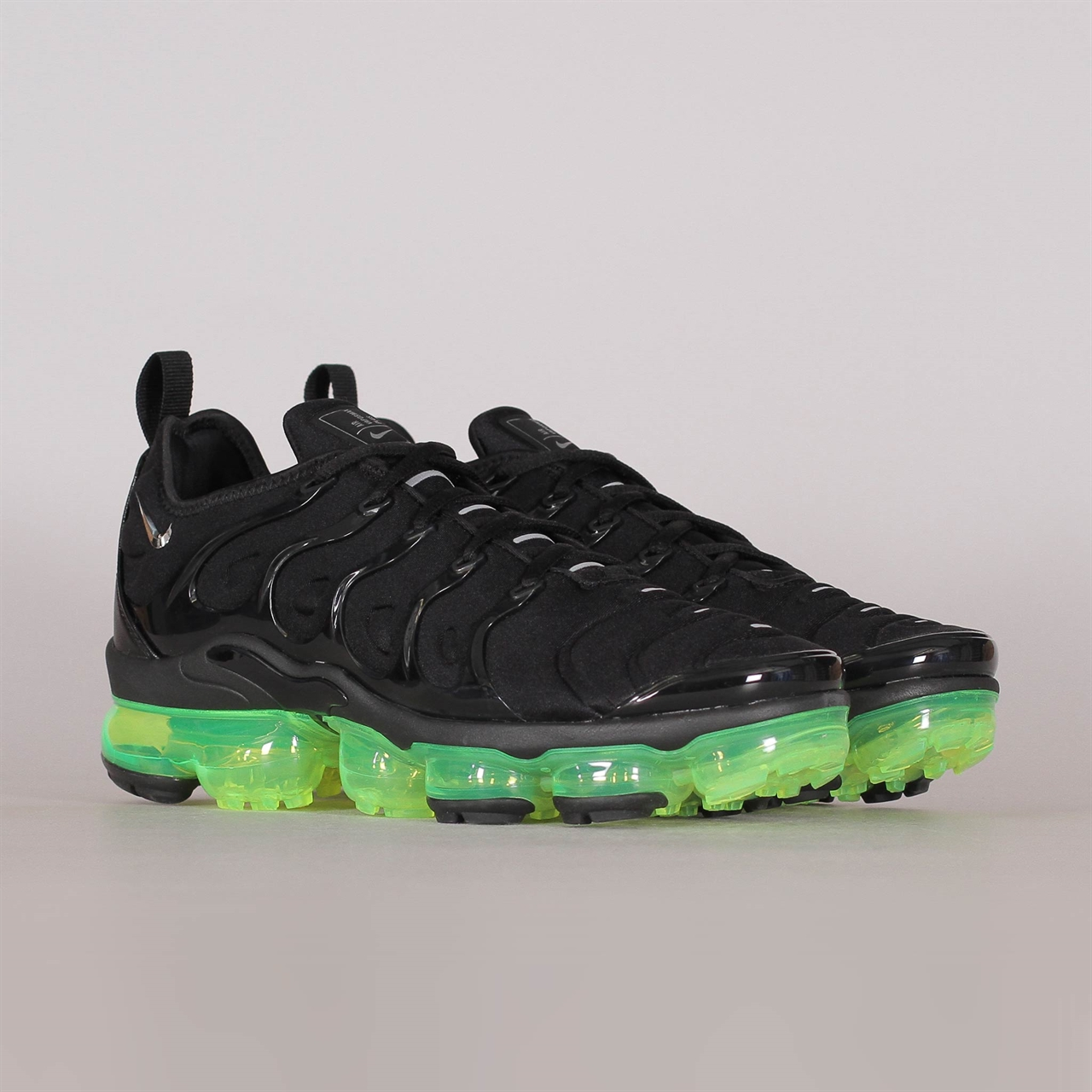 Air Vapormax Plus (924453-015). 225 225EUR   a pair. Colorway  Black Reflect  Silver-Volt 7341717a8