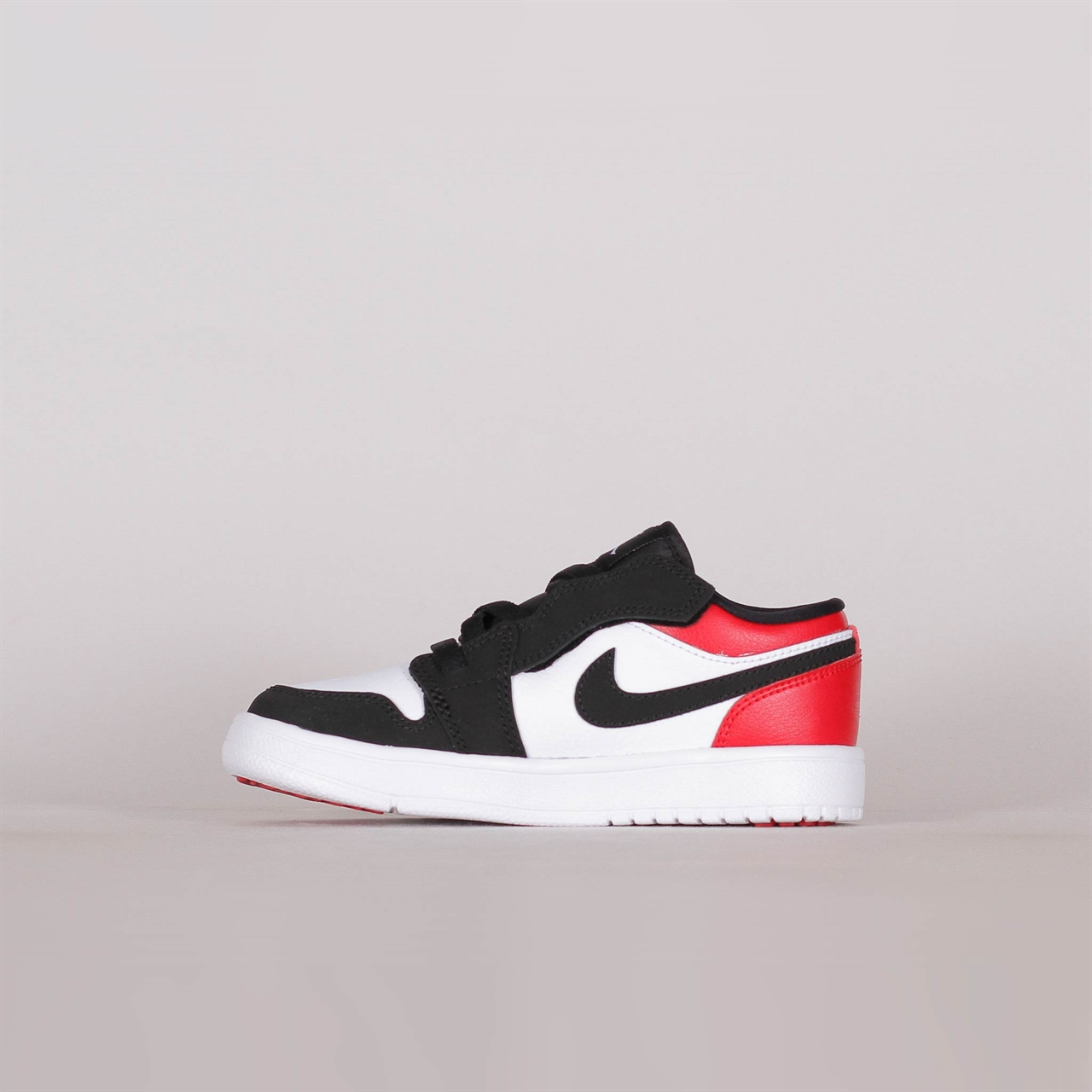 f2439912cb706 Shelta - Nike Air Jordan 1 Low Pre-School Black Toe (BQ6066-116)